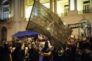 Black Blocs concentrados em frente à Câmara dos Vereadores do Rio de Janeiro. Foto: Fernando Frazão/ABr