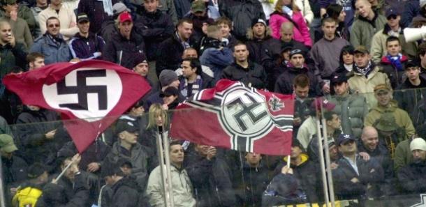 Bandeiras nazistas em meio a torcida de futebol