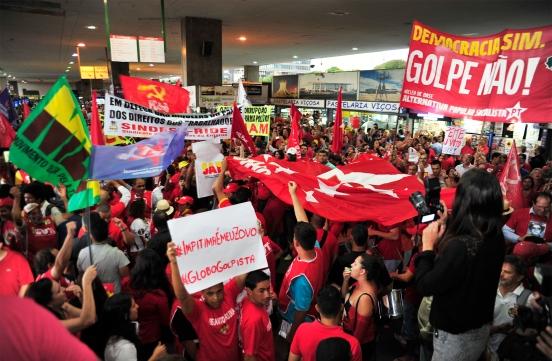 Brasília- DF- Brasil- 13/03/2015- Manifestação pelos direitos dos trabalhadores, em defesa da Petrobras, da democracia e da Reforma Política, na rodoviária do Plano Piloto em Brasília. Foto: Laycer Tomaz/ Câmara dos Deputados