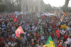 Milhares participam de Manifestação em Defesa da Democracia e contra Temer  em PortoAlegre