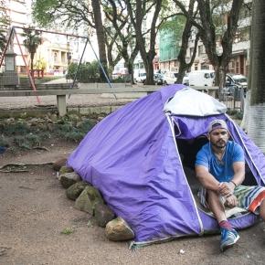 Casas de lona e papelão: empobrecimento na Capital faz crescer população em situação derua