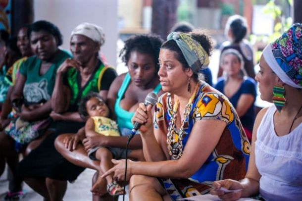 A arte-educadora Surama Caggiano, do festival Afreaka, fala durante roda-de-prosa no XVI Encontro de Culturas. Foto: Bruna Brandão