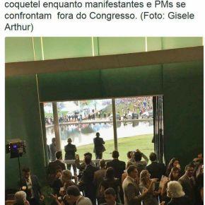 Brasília: Pela janela de vidro, parlamentares em coquetel observam a polícia bater nopovo