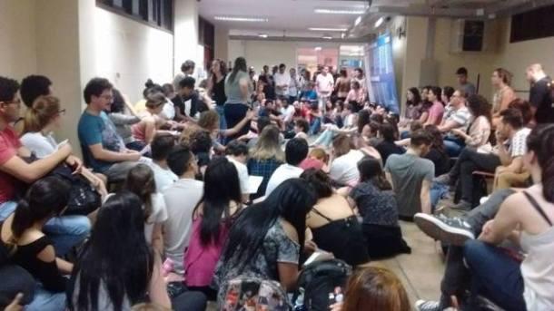 Estudantes de mais de 20 cursos da UFRGS decidiram ocupar suas unidades em protesto contra políticas do governo Temer. (Foto: Reprodução/Facebook)