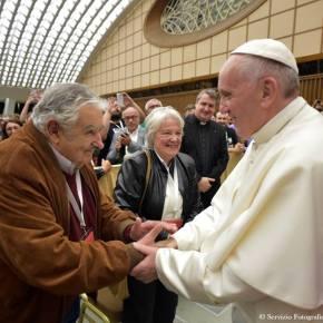 """Papa condena """"internacional do dinheiro""""; para ele há o """"projeto-ponte dos povos"""" e o """"projeto-muro dodinheiro"""""""