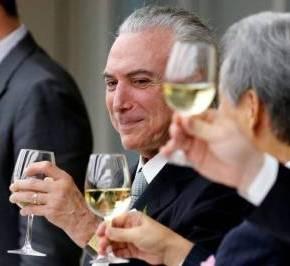 Enquanto o Brasil estava de luto, Temer comemorava a PEC com vinhos echaruto