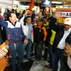 Manifestação de sindicalistas agita madrugada no Aeroporto Salgado Filho e prepara Greve Geral do dia 28 deabril