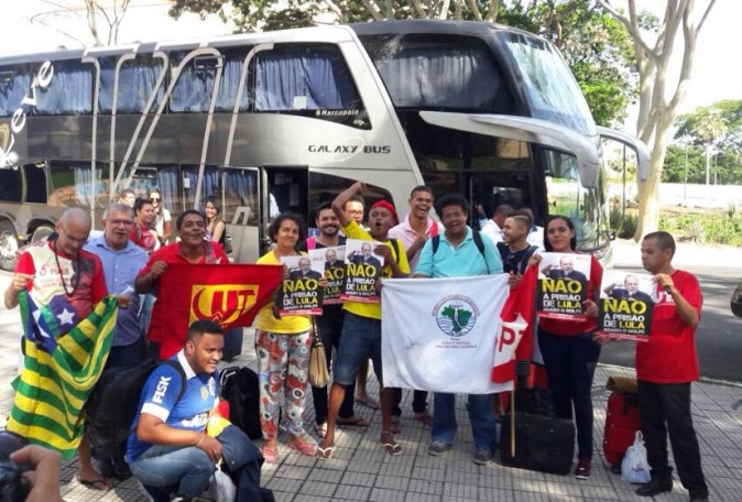 Resultado de imagem para fotos de manifestações caravana curitiba