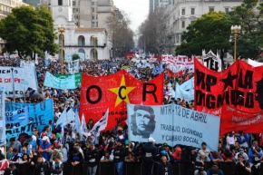 """200 mil pessoas nas ruas de Buenos Aires exigem """"Pão, paz, terra, teto etrabalho"""""""