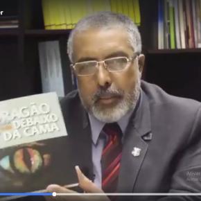 """Vídeo:  Paim convida para autógrafos do livro """"Um Dragão em Baixo da Cama"""" na Feira do Livro de PortoAlegre"""