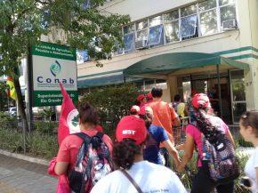 Mulheres ocupam Companhia Nacional de Abastecimento em PortoAlegre