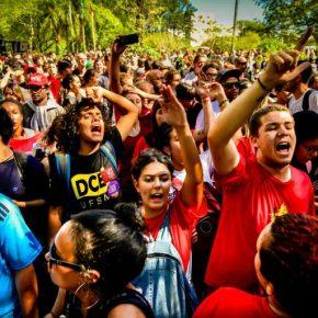Santa Maria, RS: enquanto alguns cães ladram a caravana passa e Lula segue nos braços do povo#LulaPeloBrasil