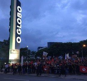 #8McontraGlobo Mulheres ocupam parque gráfico para denunciar  a Globo, propagadora do Golpe contra oBrasil