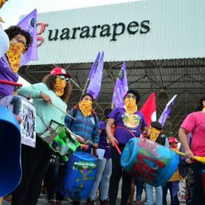 Mulheres ocupam e paralisam produção do Grupo Guararapes, das LojasRiachuelo
