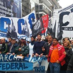 Argentinos na rua e Macri contra aparede