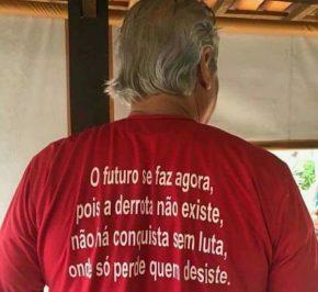 """Zé Dirceu manda recado em camiseta: """"futuro se faz agora, pois a derrota não existe, não há conquista semluta"""""""