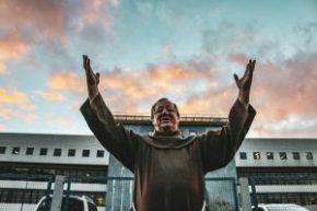 Frei Sergio visita Lula e sai impressionado com a força do presidente, hoje preso político emCuritiba