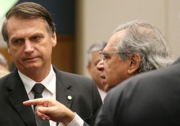 Candidato do PSL à Presidência, Jair Bolsonaro, conversa com economista Paulo Guedes durante evento no Rio de Janeiro