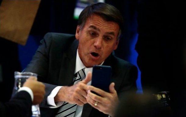Bolsonaro-vendo-o-Celular-640x403