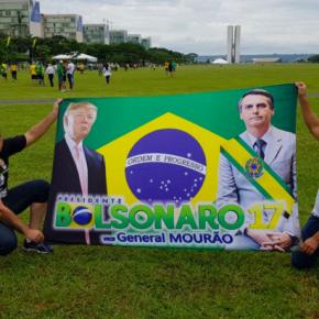 """Brasil acima de tudo?? Em Brasília, """"Patriotas"""" carregam faixa que homenageia DonaldTrump"""