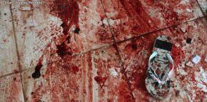 O chão rubro negro com sangue da chacina promovida por policiais contra 14 jovens no Centro do Rio deJaneiro