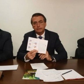 Bolsonaro manda pais rasgarem páginas sobre educação sexual de Caderneta de Saúde daAdolescente