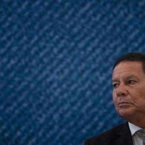 """Nos EUA Bolsonaro disse""""Imigrantes não tem boas intenções"""". Mourão diz """"Estou com ele e não abro"""", e apóia Construção doMuro"""