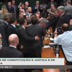 """Sob escolta e gritos de """"fujão""""e """"ladrão"""". Assim saiu Sergio Moro da Câmara nestaterça"""