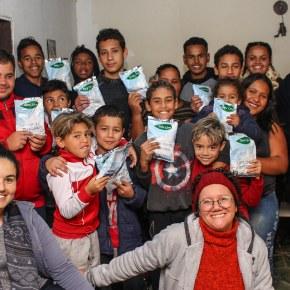 MST doa 400 quilos de leite em pó para iniciativas sociais noRS