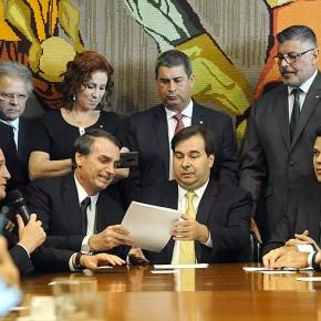 Bolsonaro assina lei que obriga trabalhadores a pagarem Imposto de Renda Sobre férias, 13º Salário e horasextras