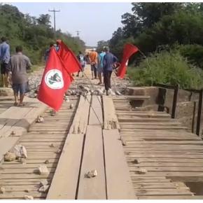 Famílias protestam em ponte sobre o Rio Vacacaí, em SãoGabriel