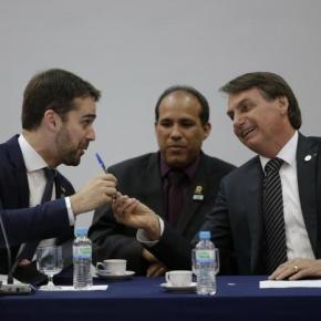 Caneta simbólica: Bolsonaro e Eduardo Leite usam a mesma caneta para ferrar  servidores, trabalhadores e opovo