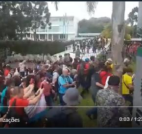 Contra pacote de arrocho, Professores e Servidores paranaenses ocupam Assembléia Legislativa(Vídeo)