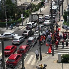 Sem direitos trabalhistas, Entregadores de aplicativos bloqueiam ruas em Fortaleza por morte em acidente detrabalho