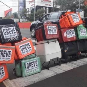 Entregadores de Ifood, Uber e Rappi fecham avenida Higienópolis por melhores condições detrabalho