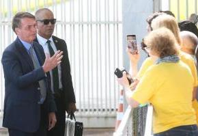 """Bolsonaro critica governadores por ações contra Corona Virus e diz que fará """"festinha"""" deaniversário"""