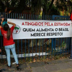 Agricultores do MST e MPA ocupam pátio do Incra em PortoAlegre