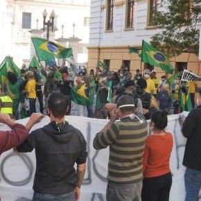 Grupos pró e contra Bolsonaro se defrontam no Centro de PortoAlegre