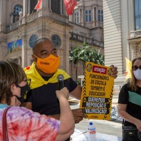 Professores gaúchos em luta pelos seus direitos e um Natal digno, se Manifestam na Porta do PalácioPiratini