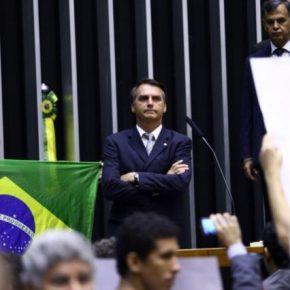 Pauta bomba armamentista no Congresso: Em live, Bolsonaro ameaça Governadores com povo armado peloBrasil