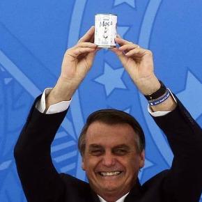 Em público, Bolsonaro trocou a caixa da cloroquina pela de leite condensado (Por CarlosWagner)