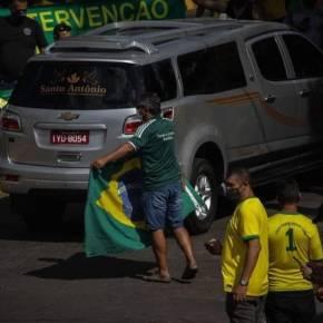 Miséria Humana: Em domingo de recorde de mortes no RS pessoas aglomeradas reverenciam carrofúnebre