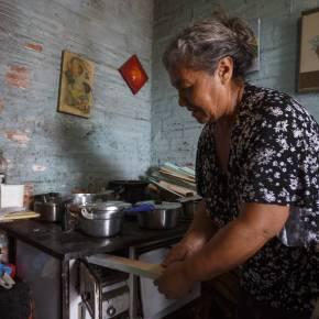 Moradores de bairros e vilas de Porto Alegre procuram madeira nas ruas por falta de dinheiro paragás