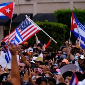 """Presença de Bandeiras do EUA aos montes mostram verdadeira origem dos """"protestos"""" emCuba"""