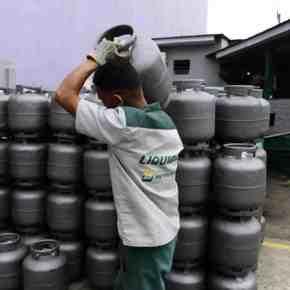 """De que serve o """"Vale-gás"""" da Petrobras, se o que falta é dinheiro pra comprar comida?? Em Defesa do Bolsa Família e do CADÚNICO!!!"""